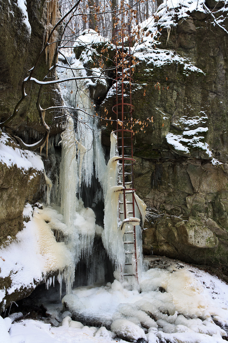 Waterfalls in Holdvilág-árok completely frozen into icicles
