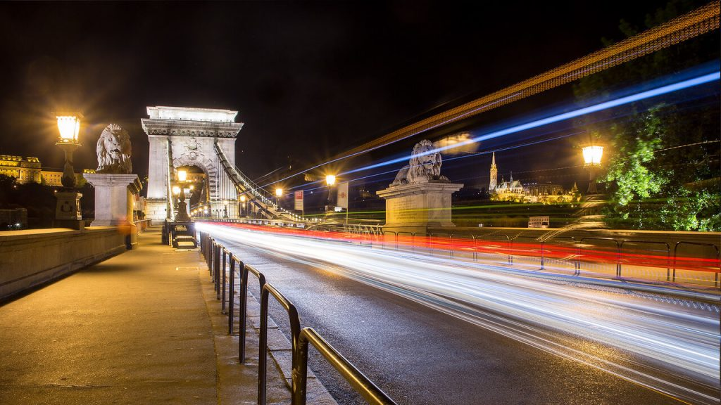 Step-by-step guide to capturing lighttrails on night city photos – using stacking technique